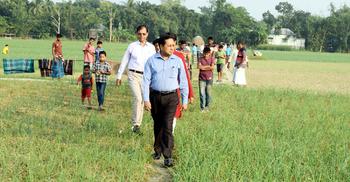 পেঁয়াজ ক্ষেত ঘুরে দেখলেন জেলা প্রশাসক
