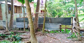 পৌরসভার রাস্তায় টিনের বেড়া, ঘরবন্দি কয়েকটি পরিবার