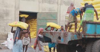 নগরবাড়ী ঘাটে ট্রাক ভাড়ার অর্ধেক টাকা যায় দালালদের পকেটে