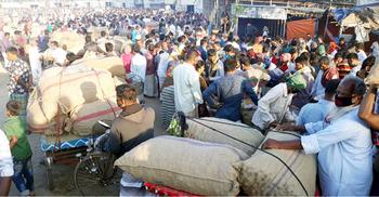 নিষেধাজ্ঞা অমান্য করে পাবনার হাটবাজারে হাজারো মানুষ