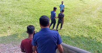 ছাত্রীকে উত্ত্যক্ত করায় দুই যুবককে পুলিশে দিলো এলাকাবাসী