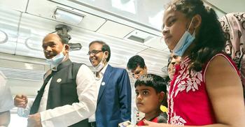 ট্রেনে শিশু যাত্রীদের কেক-চকলেট উপহার দিলেন রেলমন্ত্রী