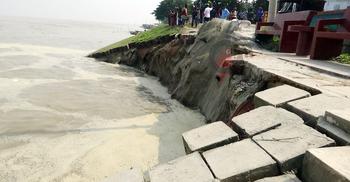 রাজবাড়ীতে পদ্মার বাঁধে ভাঙন, ১৫০ মিটার ব্লক নদীগর্ভে