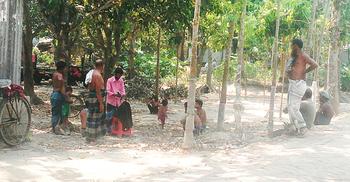 বাড়ি বাড়ি গিয়ে চুল-দাড়ি কাটছেন নরসুন্দর