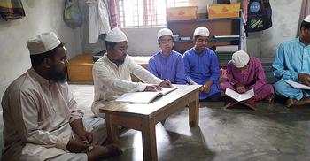 দৃষ্টিহীন শিক্ষার্থীদের কোরআন শেখাচ্ছেন দৃষ্টিহীন শিক্ষক