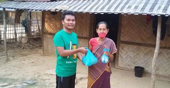 ফেসবুক লাইভে গানের টাকা দিয়ে ৩৫টি পরিবারকে সহায়তা