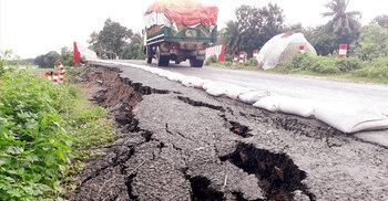 ফরিদপুর-গোপালগঞ্জ সড়কে ধস, ঝুঁকি নিয়ে চলছে যানবাহন