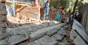 ঊর্মিলা রানীর ধসে পড়া ঘর আবার নির্মাণ করছে উপজেলা প্রশাসন