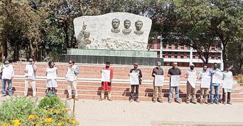 লেখক মুশতাকের মৃত্যুতে কালো কাপড় বেঁধে রাবিতে প্রতিবাদ