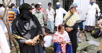 রূপগঞ্জে অগ্নিকাণ্ড : মরদেহ নিতে ঢামেকে স্বজনদের অপেক্ষা