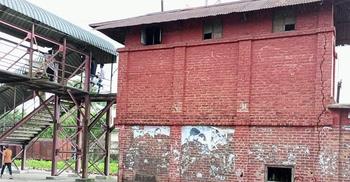 শায়েস্তাগঞ্জে রেলওয়ের সিগন্যাল ঘরে ফাটল, ধসে পড়ার শঙ্কা