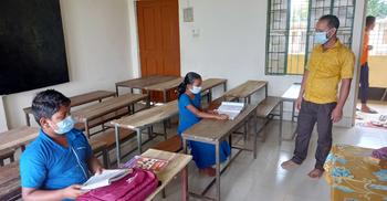 ১৩ শিক্ষার্থীর মধ্যে এলো দুজন, তাদেরই ক্লাস নিলেন শিক্ষক