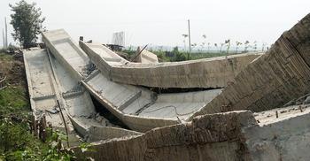 নির্মাণকালেই ধসে পড়ল ১৫ কোটি টাকার সেতু