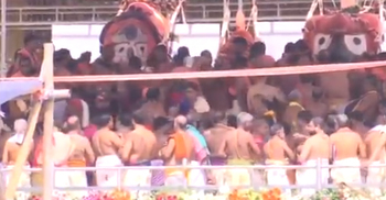 স্বাস্থ্যবিধিকে পাত্তা না দিয়ে পুরীর জগন্নাথ মন্দিরে স্নানযাত্রা