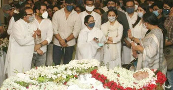 Soumitra cremated with full state honours in Kolkata