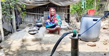 ৭৫ বয়সী বৃদ্ধার মানবেতর দিনযাপন : পাশে দাঁড়ালেন ছাত্রলীগ নেতা