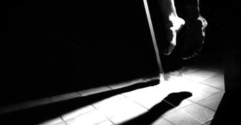 স্ত্রীকে ওষুধ আনতে পাঠিয়ে স্বামীর আত্মহত্যা