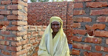 'চোরের গ্রামে' সরকারি ঘর পেতে চড়া সুদে টাকা আনছেন গৃহহীনরা