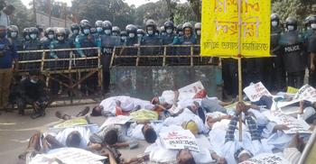 তাজরীনের আহত শ্রমিকদের 'জিন্দা লাশের' মিছিলে পুলিশের বাধা
