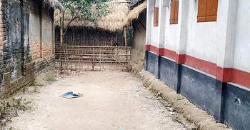 বেড়া দিয়ে রাস্তা বন্ধ, দুর্ভোগে শতাধিক গ্রামবাসী