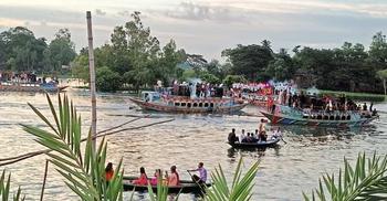 বিধিনিষেধেও সাউন্ডবক্সে গান বাজিয়ে নৌভ্রমণ