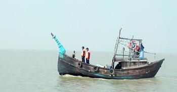 কর্ণফুলী নদীতে পাথরবাহী ট্রলারডুবি, ২ শ্রমিক নিখোঁজ