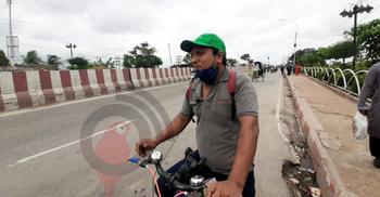 'জীবিকার তাগিদে' যশোর থেকে সাইকেলে ঢাকায়