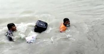 ফেরিতে উঠতে গিয়ে নদীতে পড়ে গেলেন ৩ যাত্রী