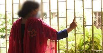 সুদ পরিশোধে ব্যর্থ হয়ে পাওনাদারের হাতে স্ত্রীকে তুলে দিলেন স্বামী