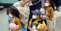 দ. কোরিয়ায় আফগান শিশুদের টেডি বিয়ার দিয়ে অভ্যর্থনা